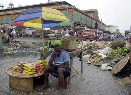 Haiti er et av verdens fattigste land. Samtidig som politiske ledere ble enige om valgkampen, satt denne kvinnen blant søppelet midt i hovedstaden Port-au-Prince. (Foto: Thony Belizaire/AFP/Scanpix)
