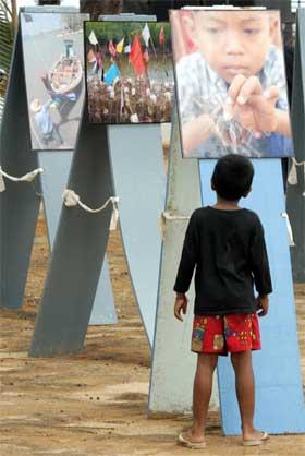 Mer enn 273.000 mennesker i 11 land omkom i flodbølgen i Sør- og Sørøst-Asia i desember i fjor. Bildet er fra en minnemarkering i Khao Lak i Thailand. (Foto: AFP/Scanpix)