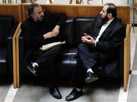 Mulla Krekar (t.h.) i samtale med sin bror, Khalid Faraj Ahmad, i Oslo Tinghus etter at kommunalminister Erna Solberg var ferdig med sin vitneforklaring i tingretten i dag. (Foto: Cornelius Poppe/Scanpix)
