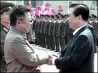 Kim Dae Jung (t.h) har gjort en stor innsats for å bedre foholdet mellom Nord- og Sør-Korea. Her med Nord-Koreas president, Kim Il Jung.
