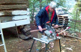 Konservator Jahn Børe Jahnsen ved Valdres folkemuseum i arbeid med restaureringa.(Foto: Jan Erik Helleren/NRK)