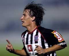 Leo jubler etter å ha gitt Paulista ledelsen 2-0. (Foto: AP/Scanpix)