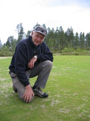 Ola Granheim på spillbart, men tørt, gress. Foto: NRK.