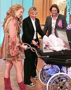 Britney Spears og mannen Kevin Federline var nylig på besøk hos talkshow-vert Ellen DGeneres. Der fikk de en spesialdesignet barnevogn med neonlys og dvd-spiller. Foto: AP Photo/Warner Bros / Scanpix.