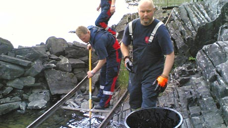 Tyrifjorden ble i forrige uke forurenset av en oljelignende masse, og nå leter politiet etter årsaken til utslippet. Foto: NRK.