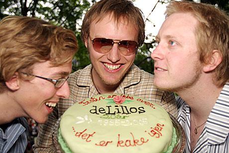 <b>Det er kake igjen:</b> De tre mest hardbarkede deLillos-fansene (f.v.) Dag G. Sørheim, Nils-Henrik Stokke og Trond Avtjern. Foto: Arne Kristian Gansmo, NRK.