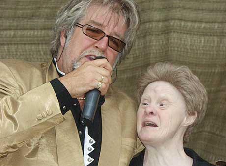 Inger Brødholt fikk en drøm oppfylt da hun fikk synge duett med vokalist i Ole Ivars, Tore Halvorsen (Foto: Odd Borgestrand)