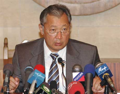 Fungerende presidenten i Kirgisistan, Kurmanbek Bakijev, anklager Kirgisistans tidligere president Askar Akayev for å stå bak opprøret. (Foto Talant Shabiev )