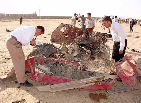 DRAPSBILEN: Irakiske etterforskerne studerer restene av bil som ekspoloderte. Foto: Reuters/Scanpix.