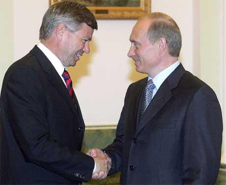 Kjell Magne Bondevik og Vladimir Putin undertegnet en samarbeidsavtale i Moskva i dag. (Foto: Scanpix / AFP)
