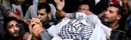 Sørgende bærer den drepte Jihad-aktivisten til begravelse i Gaza søndag. (Foto: S.Salem, Reuters)