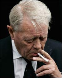 En lettet men sliten Kåre Valebrokk måtte roe nervene med en sigarett etter den harde forhandlingsrunden. (Foto: Erlend Aas / SCANPIX)