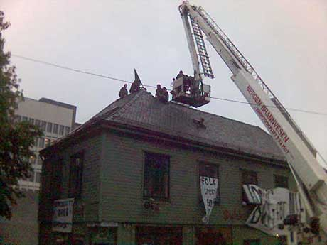 Tirsdag ble fem okkupanter hentet ned fra taket i Jonsvollskvartalet. Arkivfoto: Maren Simonsen / NRK.
