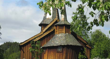 Hol gamle kyrkje fra 1200-tallet . FOTO: Gunnar Grimstveit, NRK.
