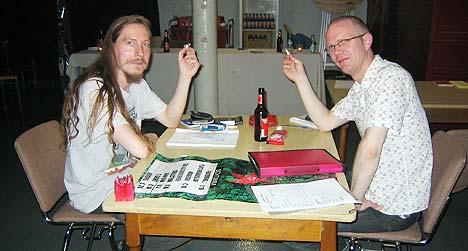 Mike fra Encore Booking Agency og P går gjennom turnèen så langt. Foto: Schtimm.