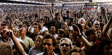 Rundt 25.000 mennesker var samlet på Ullevaal stadion i Oslo for å oppleve det amerikanske rockebandet R.E.M. onsdag kveld. Foto: Knut Falch, Scanpix.