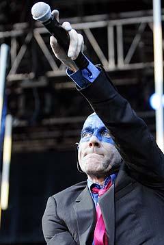 Michael Stipe var vokalist og frontfigur i R.E.M. på scenen under bandets konsert på Ullevaal stadion i Oslo onsdag kveld. Foto: Knut Falch, Scanpix.