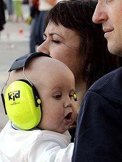 5 måneder gamle Linn var utstyrt med hørselsvern da hun sammen med mamma og pappa overvar konserten til bandet R.E.M. på Ullevaal stadion onsdag kveld. Foto: Knut Falch, Scanpix.