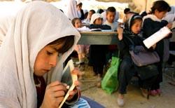 Jenter Afghanistan får lov til å gå på skole - til forargelse for enkelte. (Foto: Ap)