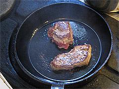 Biffen stekes på sterk varme for å få en brun stekehinne. Foto: Per Kristian Johansen, NRK