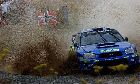 Petter Solberg under fredagens kjøring i Rally Akropolis (Foto: Thanassis Stavrakis / AP /SCANPIX)
