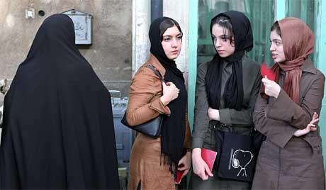 Iranske kvinner utenfor et stemmelokale i Teheran. Valgoppslutningen var rundt 56 prosent, sier myndighetene. (Foto: AP/Scanpix)