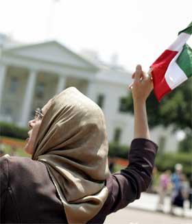 En eksil-iraner demonstrerer utenfor Det hvite hus. Valget kan undergrave tilnærmingen mellom Iran og Vesten. (Foto: AFP/Scanpix)