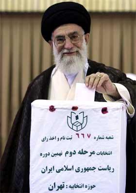 Irans øverste åndelige leder ayatolla Ali Khamenei avgir stemme i valget. (Foto: Reuters/Scanpix)