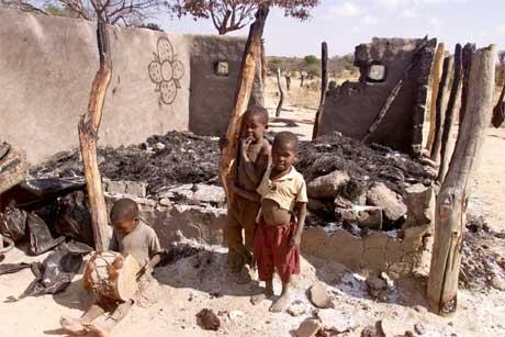 Barn i ruinene av deres hjem i Bulawayo, 450 km sør for Harare. (Foto: Reuters/Scanpix)