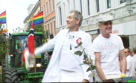 Sir Ian McKellen, som spilte Gandalv i Ringenes Herre-filmene, gikk helt foran i Europride-paraden. (Foto: NRK)