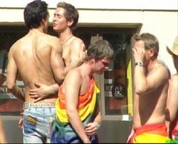 Paraden i Europride er arenaen der homofile ikke er redde for å vise sine følelser. (Foto: NRK)