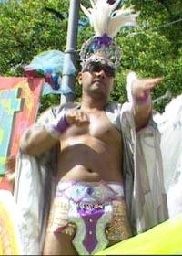 Fargerik og utspjåket er stikkord for mange av kostymene i paraden. (Foto: NRK)