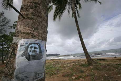 En siste desperate søken etter den østerrikske kvinnen Helga Ecker henger fortsatt på et palmetre i Khao Lak i Thailand. Mange tusen mennesker er fortsatt savnet etter flodbølgekatastrofen 26. desember i fjor. (Foto: AP/Scanpix)