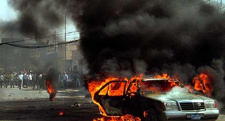 IRAK: En bil brenner etter angrepet på en bilkolonne i Kirkuk. Foto: Yahya Ahmed, AP