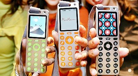 3G Mobiltelefoner av denne typen, som er blitt lansert i det japanske markedet, vil kunne laste ned musikk med en hastighet på 2,4 Mbps. Foto: Yoshikazu Tsuno, AFP Photo / scanpix.