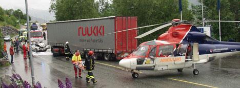 Mannen i personbilen er send til sjukehus med ambulansehelikopter. Foto: MøreNytt.