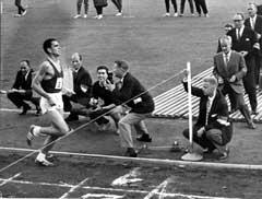 Ron Clarke løper inn til legendariske 27.39,4 på 10.000 meter i 1965. (Foto: NTB, SCANPIX)