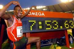 Saïf Saaeed Shaheen viser frem verdensrekorden på 3000 m hinder han satte i Brussel i 2004. (Foto: AP/Scanpix)