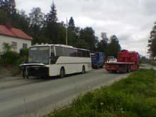 Bussen skulle svinge til venstre mot Lian da den ble påkjørt bakfra. MMS-foto: NRK / Anders Werner Øfsti