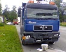 Lastebilen kjøte inn i bussen bakfra og fikk skader i fronten. MMS-foto: NRK / Anders Werner Øfsti