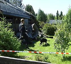 En brannhund fra KRIPOS har søkt ved huset. Foto: Jørn Nordli.