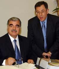 To nære allierte - tidligere statsminister Rafik al-Hariri (t.v.) og Fuad Siniora,. Bildet er fra 2003. (Foto: M.Azakir, Reuters)