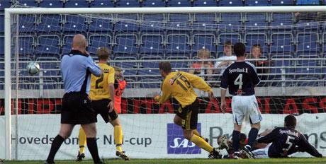 Arild Sundgot lager Lillestrøms andre mål i cupkampen mellom Viking og Lillestrøm. Foto: Alf Ove Hansen/Scanpix