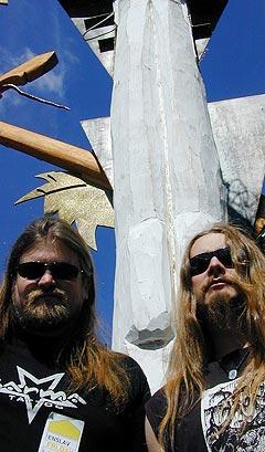 Bergensbandet Enslaved spiller svartmetall, og fikk sitt definitive gjennombrudd med fjorårsutgivelsen «Isa». Her er gitarist Ivar Bjørnson (t.v.) og vokalist Grutle Kjellson og på Roskilde, hvor bandet spilte fredag. Foto: Øyvind Holen.