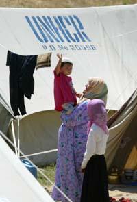 En usbekisk kvinnen og hennes barn i en FN-leir i Kirgisistan. (Foto: S.Zhumatov, Reuters)