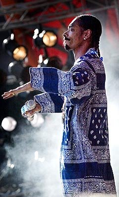 Rapperen Snoop Dogg hadde en fullsatt dyrskueplads med seg foran den Orange Scene fredag. Foto: Kaare Smith, Scanpix.