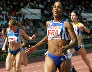Christine Arron løper inn til seier. (AP/ SCANPIX)