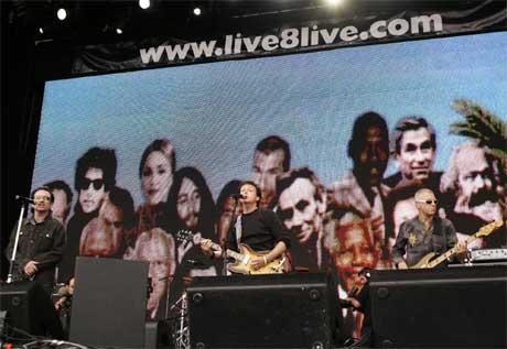 Bono og Paul McCartney åpnet showet i London i ettermiddag. (Foto: AP/Scanpix)