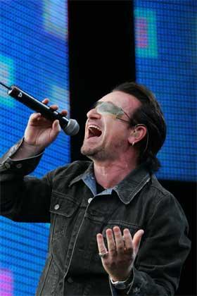 Det er en vakker dag - a beautiful day - sang Bono til folkemassen. (Foto: AFP/Scanpix)