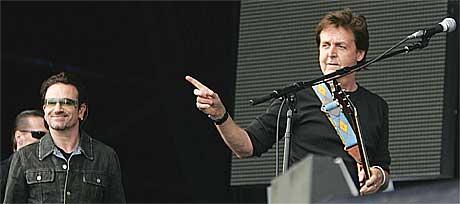 Bono og Sir Paul åpnet showet i Hyde Park, London kl. 15 lørdag. Foto: Scanpix.